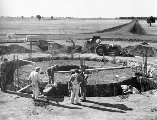 Black and white photgraph of Parkes radio telescope during construction.