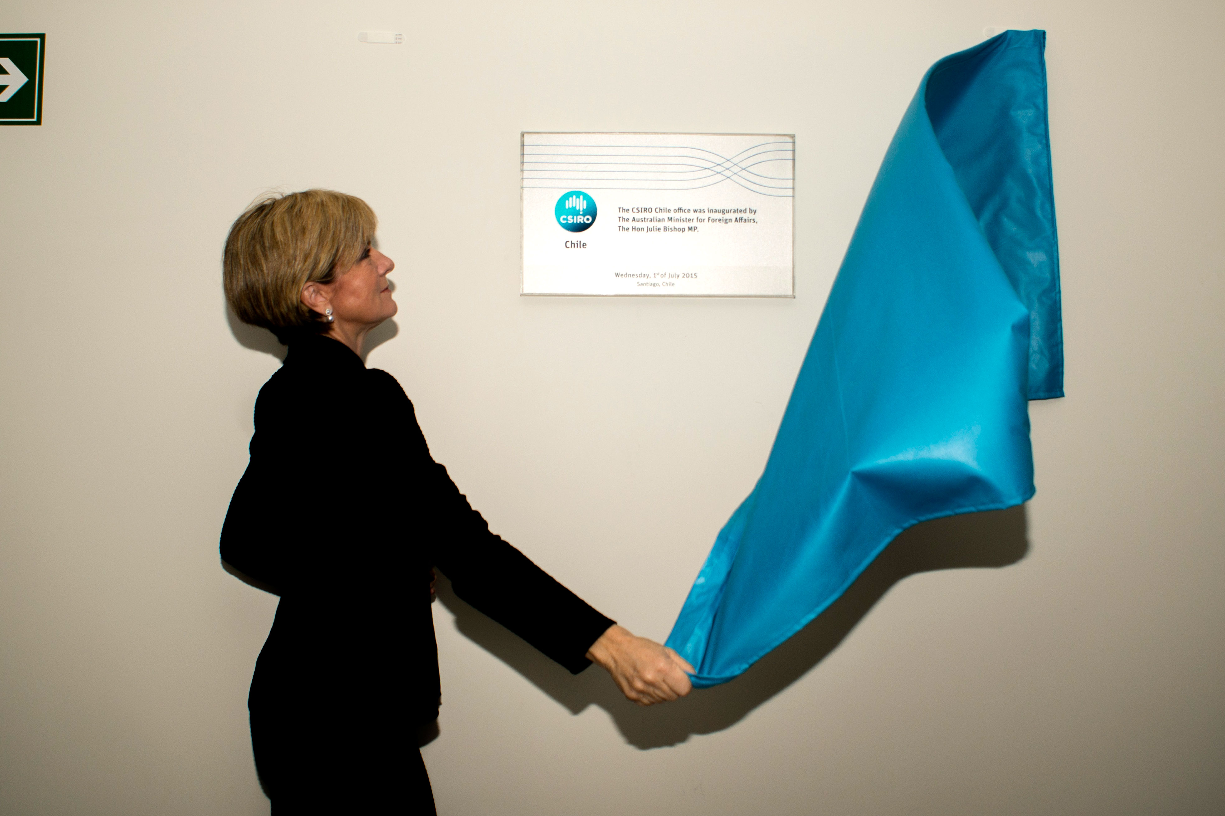 Julie Bishop MP unveiling the plaque at CSIRO Chile.