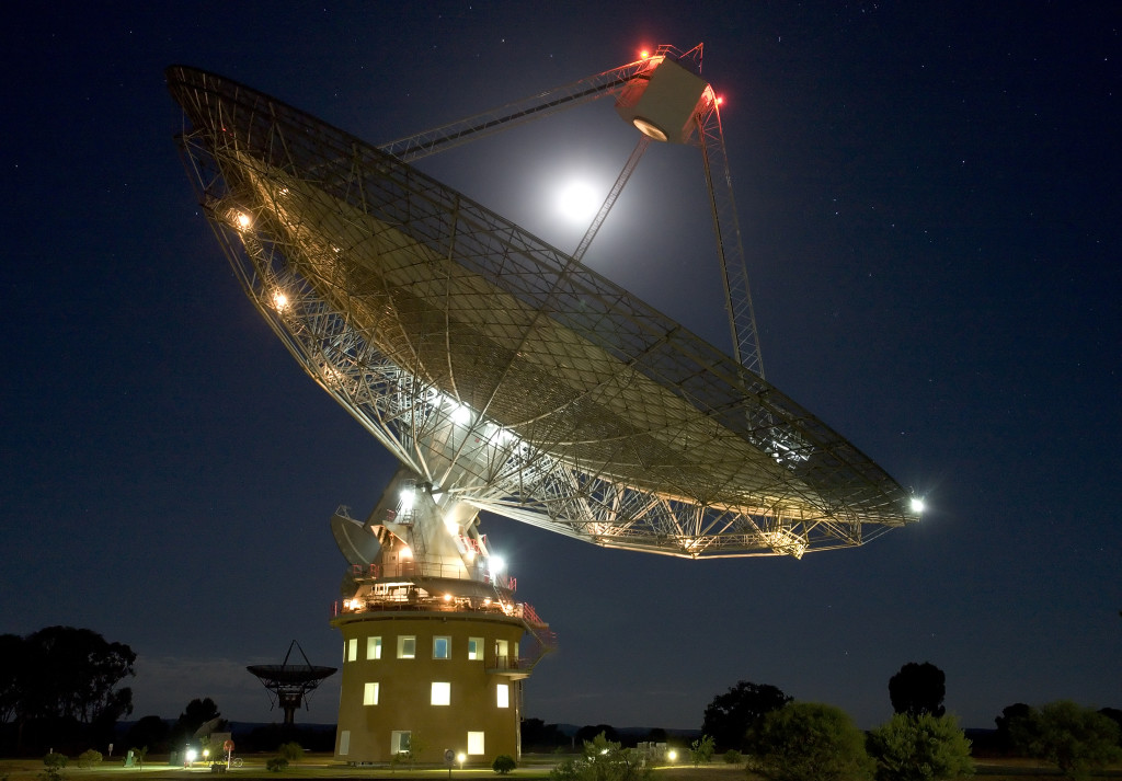 Night time image of the telescope at Parkes.