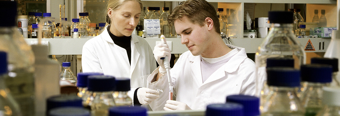 CSIRO researchers working in the lab